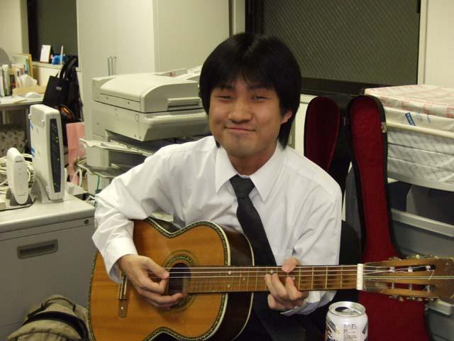 ギターを弾くH君