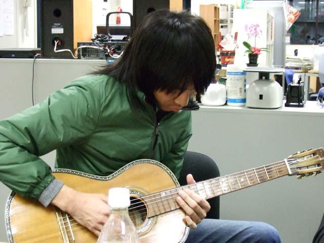 ギターを弾くK君
