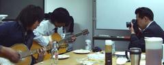 ギターを弾く社員