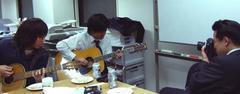 ギターを弾く社員2